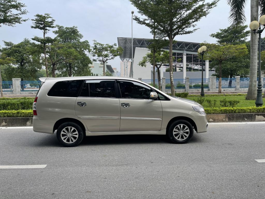 Tôi cần bán chiếc xe Toyota innova 2.0E màu Nâu Vàng, sản xuất 2016